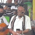 Zet Wadu (pakai masker, kanan) membaca tata ibadah (liturgi) sementara di sisi kirinya jemaat gereja melantunkan kidung penghiburan. ( foto: shitri/ kupangterkini.com)