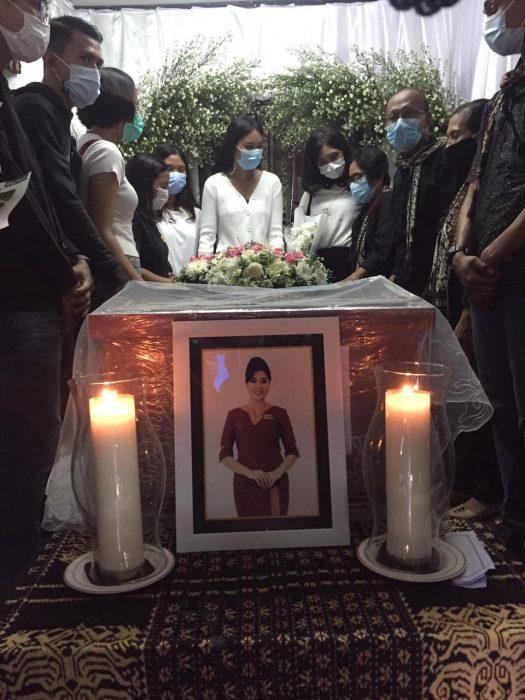 Peti Jenazah Mia dikeliling teman sejawat dan keluarganya. Ibunda Ni Luh Sudarmi berada di pojok kanan berkacamata memakai masker (Foto: Shitri/kupangterkini.com)