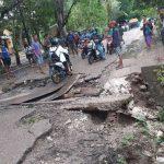 Kondisi jalan putus di Desa Oelomin, kecamatan Nekemese, Kabupaten Kupang, jadi tontonan warga dan pengguna jalan (Foto: Istimewa)