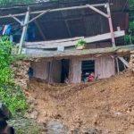 Rumah warga yang tertimbun tanah longsong di kelurahan Mantasi (Foto : andi/kupangterkini.com)