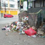 Sampah meluber hingga pinggir jalan, sementara bak penampung sudah tidak mampu menampung lagi. Pamandangan ini terlihat di Jalan Sudirman, Minggu Siang. (foto: andi/kupangterkini.com)
