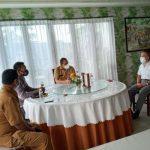 Tim Pemkot Kupang yang dipimpin assisten perekonomian Elvianus Wairata saat bertemu pemilik resto Taman Laut Dave Lee, berkemaja putih. (foto: andi/kupangterkini.com)