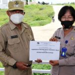 Wakil Walikota Kupang Hermanus Man (kiri) saat menyerahkan bantuan tabung oksigen untuk rumah sakit Bhayangkara. (foto: humas pemkot kupang)