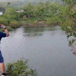 Pengunjung kawasan wisata Bendungan Raknamo mencoba wahana Flying Fox untuk menguji nyali mereka. (foto : yandri/kupangterkini.com)