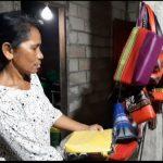 Afliana saat menunjukkan produk tas dan souvenir untuk dipasarkan online. (foto: yandri/kupangterkini.com)