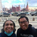 Joaquim Rohi (kiri) bersama ketua komisi VI DPR RI Faisol Riza di Lapangan Merah Kremlin, Moskow. (dok. pribadi)