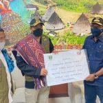 Penyerahan bantuan rendang 1,5 ton dan dana sebesar Rp 750 juta dari masyarakat Sumatera Barat kepada warga terdampak siklon tropis Seroja di NTT. (ist)
