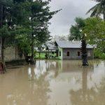 Curah hujan yang tinggi membuat Kali meluap dan banjir tak bisa dielakan. Seperti yang terjadi di Kabupaten Kupang Minggu (4/4), siang hari rumah warga mulai tergenang. (yandry/kupangterkini.com)