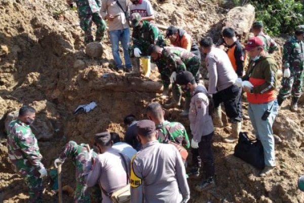 Kegiatan pencarian korban tertimbun longsor yang terjadi di Batang Toru, Kabupaten Tapanuli Selatan, Sumatera Utara oleh tim gabungan (ist)