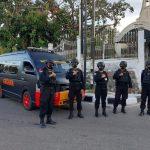 Satuan Brimob Polda NTT yamg dipimpin Ipda Yahya Manoalima saat memberikan himbauan kepada warga di Jalan Urip Sumiharjo Kupang (yandry/kupangterkini.com)