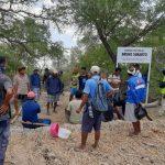 Para petani Airbauk Olifeo berkumpul di lokasi lahan milik mereka yang di serobot (yandry/kupangterkini.com)