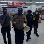 Tim gabungan Polri dan TNI saat memberikan himbauan kepada pengunjung Lippo Plaza untuk selalu mentaati prokes (yandry/kupangterkini.com)