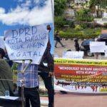 Massa aliansi rakyat kota menggugat (SIKAT) saat melakukan orasi di depan gedung DPRD kota Kupang (yandry/kupangterkini.com)