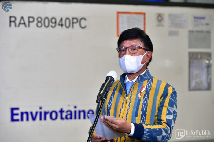 Menteri komunikasi dan informatika Johnny G Plate di Bandara Internasional Soekarno Hatta, saat menerima kedatangan vaksin covid-19. (ist)
