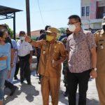 Hermanus Man, wakil walikota Kupang saat meninjau lokasi pasien positif. (ist)