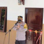 Kapolres Kupang, AKBP Aldinan R.J.H Manurung dalam acara penyerahan kunci rumah kepada Mikhael dan Emon Watu. (ist)
