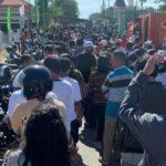 kerumunan warga yang terjadi saat mengantri untuk divaksin (ist)