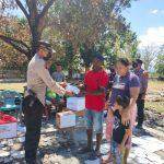 Kapolsek Kupang Timur, Iptu Victor Hari Saputra Saat Menyerahkan bantuan kepada Keluarga Samuel Tuka (ist)