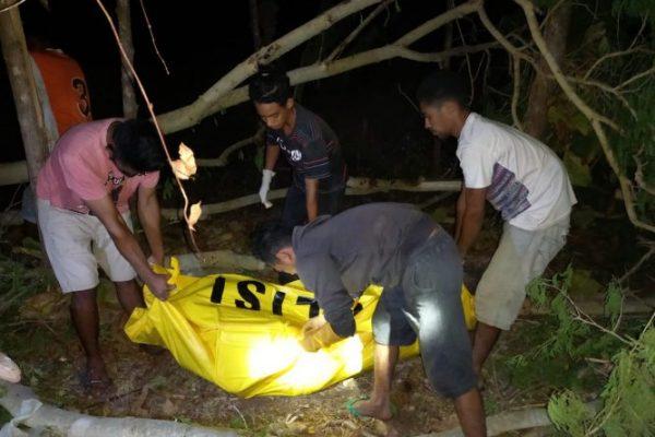 Anggota Polsek Sulamu beserta keluarga saat mengevakuasi jazad korban. (ist)