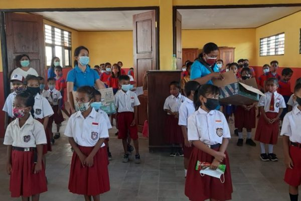 PTGMI saat membagikan sikat gigi bagi siswa - siswi SD. (yandry/kupangterkini.com)