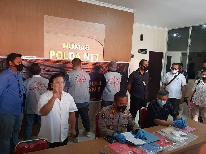 Kombes Pol Rishian Krisna Budhiaswanto saat memberikan keterangan terkait tersangka kasus korupsi proyek Awololong (yandry/kupangterkini.com)