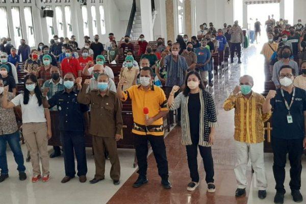 Emanuel Melkiades Lakalena, wakil ketua komisi IX DPR RI (tengah kuning) saat foto bersama dalam kegiatan sosialisasi tentang kesehatan (yandry/kupangterkini.com)