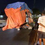 Kondisi truk yang miring akibat kelebihan muatan (yandry/kupangterkini.com)