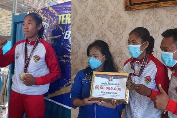 Susan Ndapataka saat memamerkan medali emas yang diraih serta Anggota DPR RI, Anita Jacoba Gah Saat memberikan hadiah kepada Susan dan pelatihnya. (yandry/kupangterkini.com)